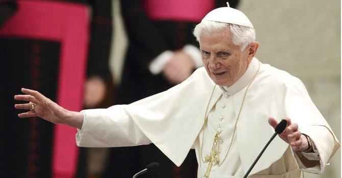 El papa Benedicto XVI interviene durante la reunión que celebró en el Aula Pablo VI para reunirse con los sacerdotes de la diócesis de Roma, en la Ciudad del Vaticano el jueves 14 de febrero de 2013.