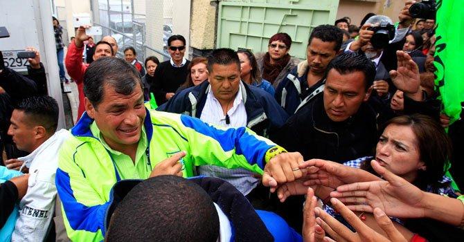 El presidente ecuatoriano y candidato por el movimiento político Alianza País, Rafael Correa (i), saluda a simpatizantes el jueves 14 de febrero.