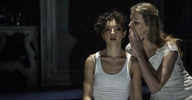 Natalia Miranda-Guzmán (Izq.) en el papel de Alba y Mónica Stueur, como Clara.