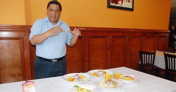 PRESENTACIÓN. Alfonso Tamayo, fundador de Cebiche House, muestra algunos de los platillos del festival, el 11.