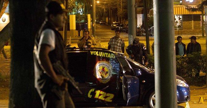 Autoridades resguardan la escena del crimen donde una pareja de sicarios asesino hoy, jueves 14 de febrero en un transitado bulevar de la capital guatemalteca a la influyente penalista Lea De León, de 46 años.