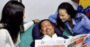 El presidente venezolano Hugo Chávez, junto a sus hijas Rosa Virginia (der.) y María Gabriela (izq.) leyendo el diario cubano Gramna.