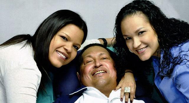 El presidente de Venezuela, Hugo Chávez junto a sus hijas Rosa Virginia (der.) y María Gabriela el jueves 14 de febrero.