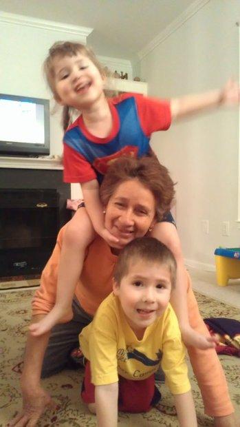 """Isabel Pérez con sus nietos Ellie y Ethan. """"Mis nietos son el amor más grande del mundo""""."""