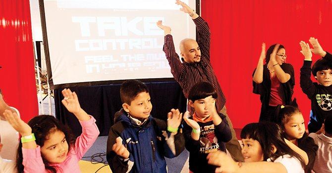 NIÑOS. Nima Ziaolhagh (de pie) interactúa con los niños de la iglesia.
