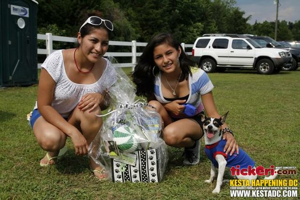 """Kimbery y Diana Carrasco. """"El amor de dos hermanas es grande y especial"""". Aquí posando con su mascota Zia."""