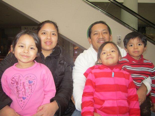 """Milagros Fernández y Angel Sánchez con sus hijos Allison, April y Angel. """"Este día es para recordar lo afortunados que somos en tener amor y amistad entre nosotros""""."""