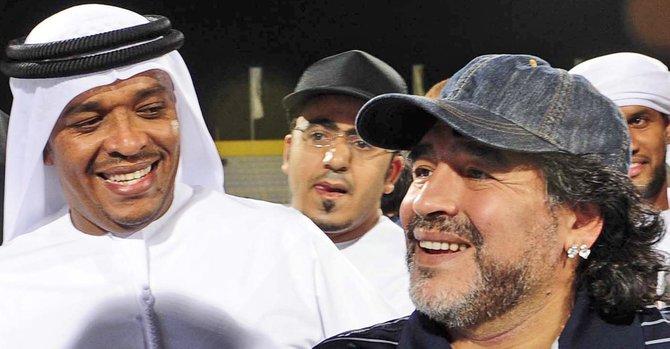 Diego Armando Maradona (der.), cumple compromisos de trabajo en los Emiratos Árabes Unidos.
