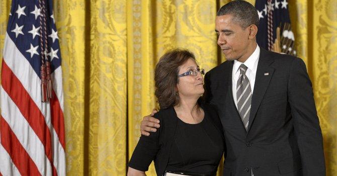 El presidente Barack Obama premió el viernes 15 de febrero a María Gómez, fundadora de Mary's Center en DC con la Medalla Presidencial Ciudadano 2012  (Presidential Citizens Medal) en la Casa Blanca.