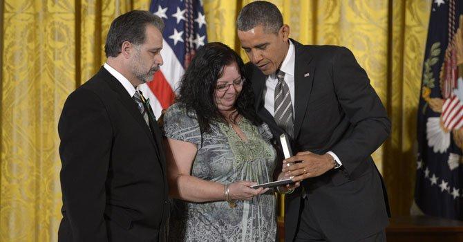 El presidente estadounidense Barack Obama (der) entrega el 15 de febrero, la medalla presidencial para los ciudadanos a Donna Soto y Carlos Soto profesores de la escuela de Sandy Hook en donde ocurrió la masacre del 14 de diciembre.