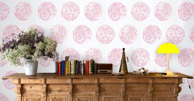 El papel pintado regresa a la moda como un recurso para la decoración de las paredes del hogar.