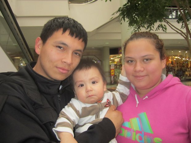 """Tania Rivera, José Arriaza con su hijo Jeremy. """"Creemos en el amor y la amistad, y esto es lo que le vamos a compartir a nuestro hijo""""."""