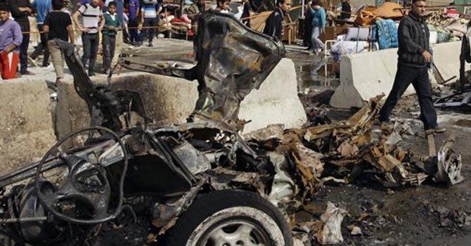 Uno de los autos que estalló en el vecindario de Ameen, en Bagdad, el domingo 17.