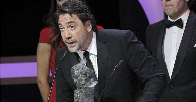 """El actor Javier Bardem (agradece el Goya a la mejor película documental que ha recibido por su trabajo de productor en """"Hijos de las nubes, la última colonia"""", dirigida por Álvaro Longoria (d), durante la gala de la XXVII edición de los premios Goya que se celebra esta noche en el Centro de Congresos Príncipe Felipe de Madrid."""