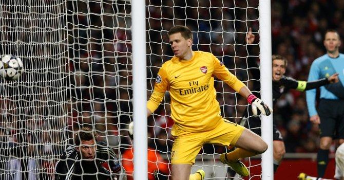 El jugador del Bayern Munich Mario Mandzukic (der.) celebra un gol ante Arsenal el martes 19 de febrero en un partido de Liga de Campeones en el estadio Emirates de Londres.