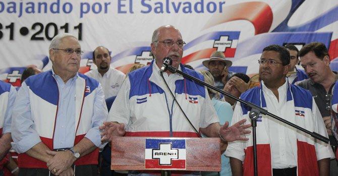 Alfredo Cristiani (centro) cuando era el presidente del partido Alianza Republicana Nacionalista (Arena) el domingo 11 de marzo de 2012.