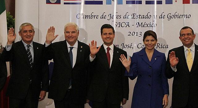 De izquierda a derecha, los presidentes Otto Pérez Moina de Guatemala, Ricardo Martinelli de Panamá, Enrique Peña Nieto de México, Laura Chinchilla de Costa Rica y Porfilio Lobo de Honduras, posan en la foto oficial de jefes de estado y de gobierno del Sistema de Integración de Centroamericana (SICA) y México, el  miércoles 20 de febrero, durante la inauguración de la cumbre extraordinaria de presidentes del SICA, órgano cuya presidencia pro témpore ejerce Costa Rica en el primer semestre del 2013.