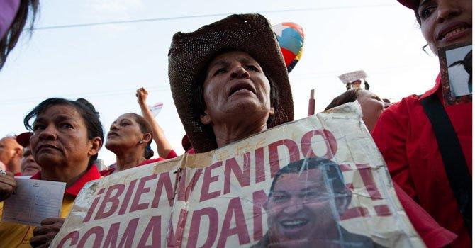 Un grupo de seguidores del presidente de Venezuela, Hugo Chávez, muestran su apoyo al mandatario en la entrada del Hospital Militar Dr Carlos Arvelo, en Caracas el lunes 18 de febrero de 2013, a donde llegó en horas de la madrugada.