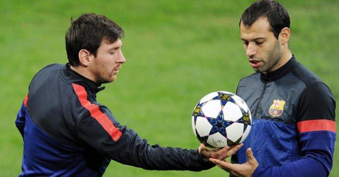 El delantero argentino del FC Barcelona, Lionel Messi (izq.) y su compatriota Javier Mascherano han dicho que hay que ayudar a que Gerardo Martino tenga éxito en su gestión.