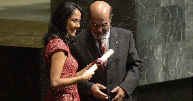 """Nadine Heredia, esposa del presidente de Perú, Ollanta Humala, recibe un diploma de manos del director general de la FAO, José Graziano da Silva, durante la sesión de la Asamblea General de la ONU en la que se declaró oficialmente 2013 el """"Año Internacional de la Quinua"""", en la sede de Naciones Unidas en Nueva York, Estados Unidos, el miércoles 20 de febrero de 2013."""