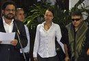 """El líder de las FARC, Luciano Marín, alias """"Iván Márquez"""" (Izqda.), lee un comunica-do junto a Seuxis Paucias, alias """"Jesús Santrich""""(Decha.), y a la holandesa Tanja Ni-jmeijer (centro), en La Habana (Cuba)."""