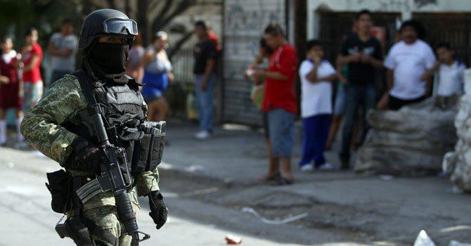 Un soldado del Ejército mexicano resguarda la zona donde cinco sujetos, dos menores y tres adultos, al parecer integrantes de una familia, fueron asesinados el miércoles 20 de febrero en el interior de un comercio de venta de metales ubicado en la ciudad mexicana de Monterrey.