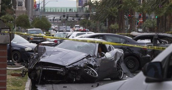 Un Maserati yace arruinado tras un choque múltiple en Las Vegas luego de un tiroteo el jueves 21 de febrero.