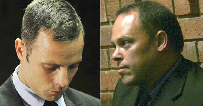 Oscar Pistorius y el detective Hilton Botha, relegado de sus funciones en el caso de asesinato que se le sigue al atleta paralímpico.