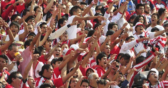 Los aficionados mexicanos viven la pasión del fútbol intensamente semana tras semana en todos los estadios del país.