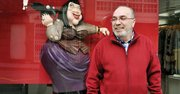 "CREADOR. El caricaturista Gogue junto a su famosa ""Gótica Paralótica"", ya hecha escultura."