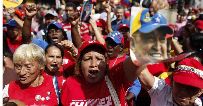 Seguidores del presidente de Venezuela, Hugo Chávez, apoyan al líder con banderas y pancartas el lunes 18 de febrero en la Plaza de Bolivar en Caracas, Venezuela.
