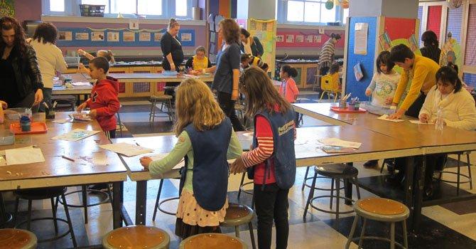 En el salón de trabajos manuales de Port Discovery, los niños desarrollan sus propios proyectos, dibujan y pintan con diferentes técnicas y materiales bajo la supervisión de personal especializado.