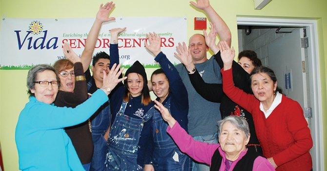 """JUNTOS. Los abuelitos de Vida Senior Centers con jóvenes """"pintores"""" de la escuela charter Youth Build, el miércoles 20, en DC."""