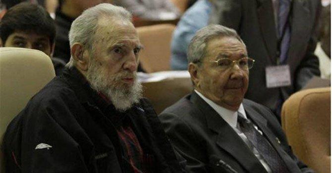 Fidel Castro (izq.), y su hermano, el líder cubano, Raúl Castro, presidiendo el domingo 24 de febrero de 2013, la sesión de la Asamblea Nacional del Poder Popular que abrirá su octava legislatura, en La Habana.