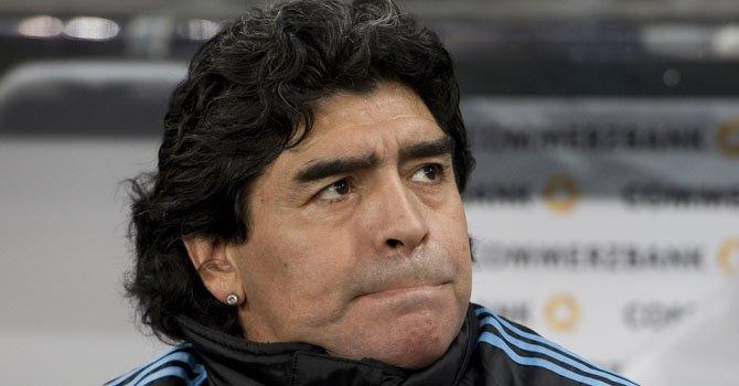 Maradona está en Italia para rendir cuentas
