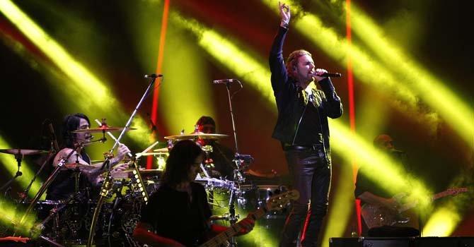 El vocalista de Maná, Fher Olvera (der.), se presenta con la banda, en la primera noche del Festival Internacional de Viña del Mar, Chile.