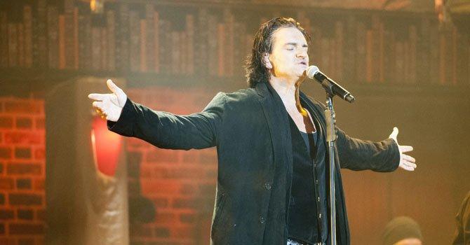 El cantante guatemalteco Ricardo Arjona se presenta en concierto en Phoenix, donde mostró su apoyo a un grupo de familias inmigrantes en Arizona.