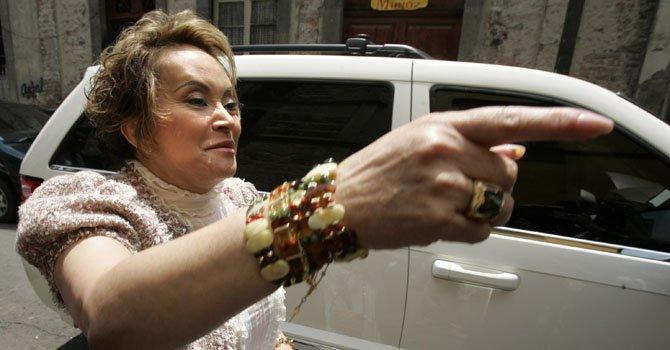 Elba Esther Gordillo, líder del Sindicato Nacional de Trabajadores de la Educación en México, llega a una reunión con maestros en la capital del país, el 14 de julio de 2006. La poderosa líder magisterial fue detenida el martes 26 de febrero  por supuestas operaciones con recursos de procedencia ilícita, informaron las autoridades.