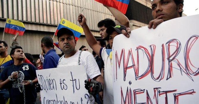 """Un grupo de estudiantes protestó el miércoles 27 de febrero con carteles que decían """"Maduro miente"""". Los jóvenes, quienes decían exigir la verdad, fueron disipados por la Policía."""