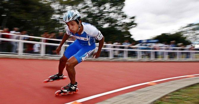 El salvadoreño Odir Miranda compite el martes 5 de marzo en la prueba de patinaje en los 300 metros contra reloj, de los Juegos Centroamericanos de San José 2013 en San José de Costa Rica.