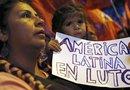 Una mujer y su hija sostienen una pancarta tras conocerse la noticia del fallecimiento del presidente venezolano, Hugo Chávez.
