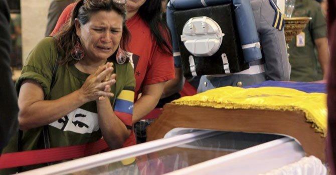 Miles aguardan en fila para despedir a Chávez