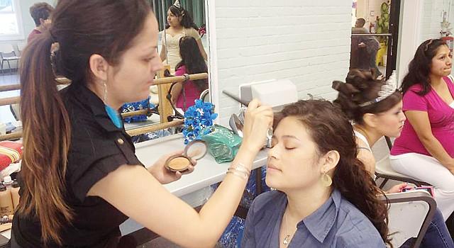 EN ACCIÓN. La maquilladora Carolina Tovar le regala a las jóvenes un labial para que se retoquen en la fiesta.