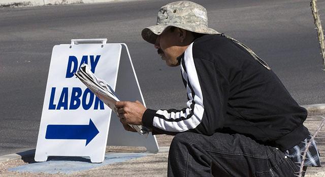 Un jornalero lee el periódico en Tucson, Arizona, a la espera de que alguien venga a ofrecerle trabajo.