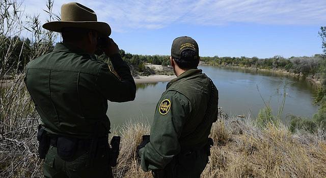gentes de la Patrulla Fronteriza estadounidense buscan inmigrantes ilegales el jueves 28 de febrero de 2013, cerca a McAllen, Texas.