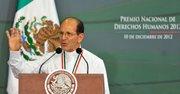El padre Alejandro Solalinde habla tras recibir del presidente de México, Enrique Peña Nieto, el premio de Derechos Humanos 2012,  el 10 de diciembre de 2012, en la residencia oficial de los pinos en Ciudad de México.