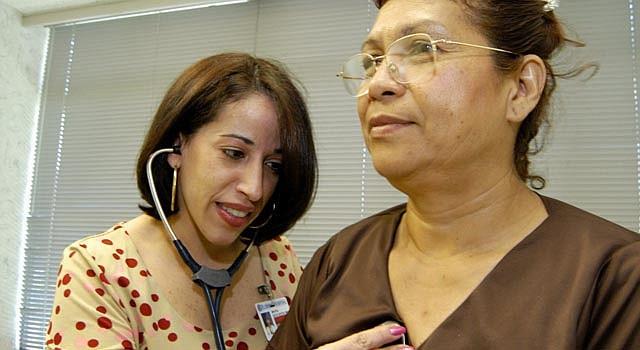 Las mujeres deben dejar de fumar, comer sano y hacer ejercicio para prevenir males cardíacos.