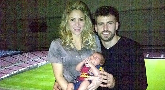 Fotografía de la cuenta de Twiter del jugador del FC Barcelona Gerard Pique en la que posa con su pareja, la cantante colombiana Shakira y el hijo de ambos, en las gradas del Camp Nou tras el partido en el que el equipo azulgrana venció por 4-0 al AC Milan en la vuelta de los octavos de final de la Liga de Campeones.