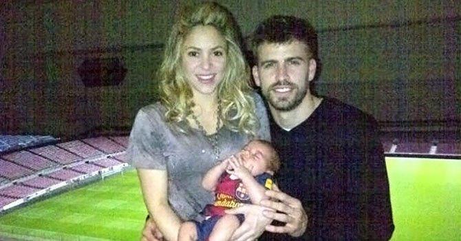 Shakira posa con su familia en Twitter