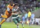 El jugador del Santos Laguna Iván Estrada (d) recibe una falta de Kofi Sarkodie (i), del Houston Dynamo